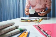 Maklera biznesowy agent nieruchomości pracuje mocno w biurze, cześć Obraz Stock