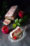Makowego ziarna tort z malinkami i kraciastym koksem obraz stock