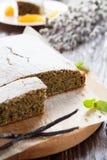 Makowego ziarna tort z sproszkowanym cukierem na wierzchołku Fotografia Stock