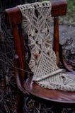 Makramee handgemacht auf einem Holzstuhl im Garten stockbild