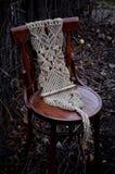 Makramee handgemacht auf einem Holzstuhl im Garten lizenzfreie stockfotos