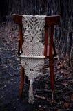 Makramee handgemacht auf einem Holzstuhl im Garten lizenzfreie stockfotografie