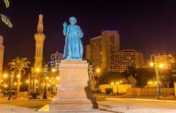 奥马尔Makram雕象在清真寺附近的Tahrir广场的在开罗 免版税库存图片