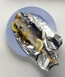 Makreel die in aluminiumfolie wordt gekookt Stock Afbeelding
