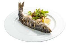 Makreel met citroen wordt gebakken die royalty-vrije stock afbeeldingen