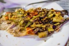 Makreel met groenten op een plaat wordt gebakken die royalty-vrije stock afbeeldingen