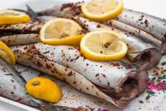 Makreel, met kruiden wordt gekookt, Spaanse peper en citroen die Royalty-vrije Stock Fotografie