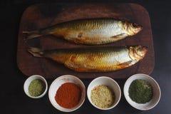 Makreel met kruiden wordt gerookt dat Stock Foto's