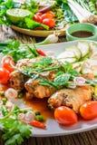 Makreel met Tomatensaus, Groenten en kruiden in een schotel op de lijst Stock Foto