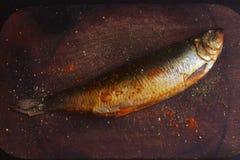 Makreel op een scherpe raad met kruiden wordt gerookt dat Stock Afbeeldingen