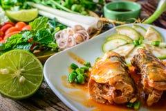 Makrela z Pomidorowym kumberlandem, warzywami i ziele w naczyniu na stole, Zdjęcia Royalty Free