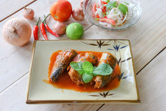 Makrele in der Tomatensauce auf Platte Stockfotos