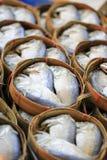 Makrele im Korb Stockfoto