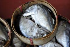 Makrelen-Fisch-Korb-Thailand-Bambus Lizenzfreie Stockfotos