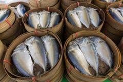 Makrelen im hölzernen Korb Stockfoto