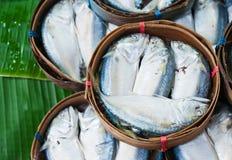 Makrelenfische im Bambuskorb am Markt Lizenzfreie Stockfotos