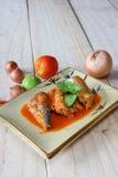 Makrill i tomatsås på plattan royaltyfri foto