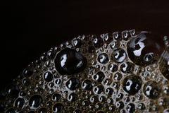 Makro, Abschluss oben von kleinen Blasen in der Kaffeetasse Lizenzfreies Stockfoto