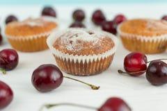 Makro- ahot muffins z wiśnią na bielu stole fotografia royalty free