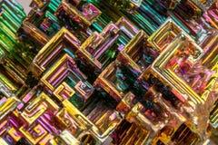 Makro av den mineraliska vismutstenen på en vit bakgrund arkivfoton