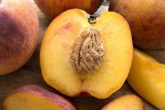 Makro av den skivade persikan arkivbild