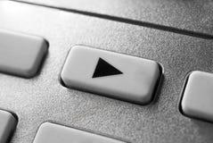 Makro av en Grey Play Button On Chrome fjärrkontroll för ett stereo- ljudsignalsystem för Hifi fotografering för bildbyråer