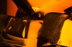 Makro av iskuber i exponeringsglas av whisky Arkivbilder
