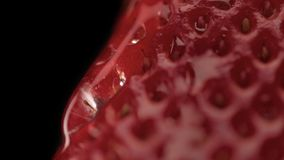 Makro av jordgubbetextur och en trandparent droppe på den Royaltyfri Bild