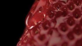 Makro av jordgubbetextur och en trandparent droppe på den Royaltyfri Foto