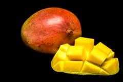 Makro av mango som isoleras på den svarta backrounden Skära i tärningar snittmango arkivbilder