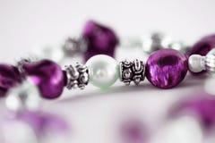 Makro av pärlan i purpurt halsband royaltyfria bilder