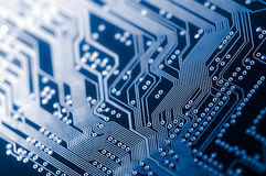 Makro av pcb för bräde för elektronisk strömkrets i blått Fotografering för Bildbyråer