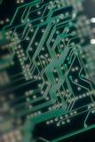 Makro av pcb för bräde för elektronisk strömkrets i gräsplan Royaltyfria Bilder