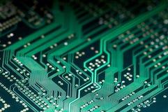 Makro av pcb för bräde för elektronisk strömkrets i gräsplan Arkivfoton