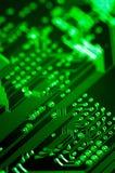 Makro av pcb för bräde för elektronisk strömkrets i gräsplan Arkivfoto