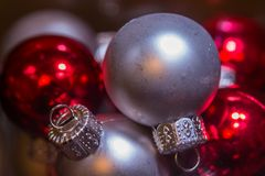Makro av silver och röda julprydnader Royaltyfri Bild