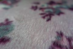 Makro av ta sig en tupplur tyg i skuggor av rosa färger Royaltyfria Foton