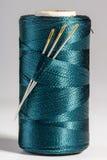 Makro blaue Spule des Threads mit Nadeln Lizenzfreie Stockfotografie