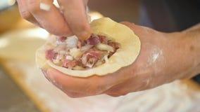 Makro- Cook ręki Stawiają pasztecika plombowanie na ciasto okręgu nad deska zbiory