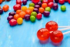 Makro- cukierek i czerwoni lizaki obraz stock