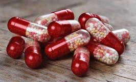 Makro- czerwone medyczne pigułki Zdjęcia Royalty Free