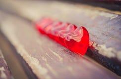 Makro- czerwoni serca na rocznika drewnianym krześle Obraz Royalty Free