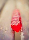 Makro- czerwoni serca na rocznika drewnianym krześle Fotografia Stock