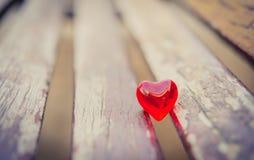 Makro- czerwony serce na rocznika drewnianym krześle Obrazy Stock