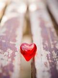 Makro- czerwony serce na rocznika drewnianym krześle Zdjęcie Stock