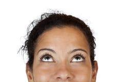 Makro del primer de una mujer feliz que mira para arriba Imagen de archivo libre de regalías