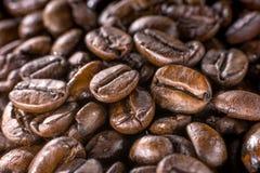 Makro der dunkelbraunen Zusammensetzung der Kaffeebohnen Stockfotos