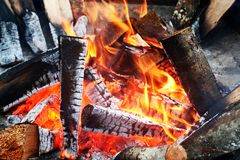Makro der heißen Glut im Feuer Stockbilder