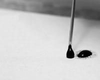 Makro der Nadel Tinte an Cardstock auftragend stockfotos