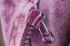 Makro der Rückseite eines Purpur benutzten Reißverschlusses Stockbild